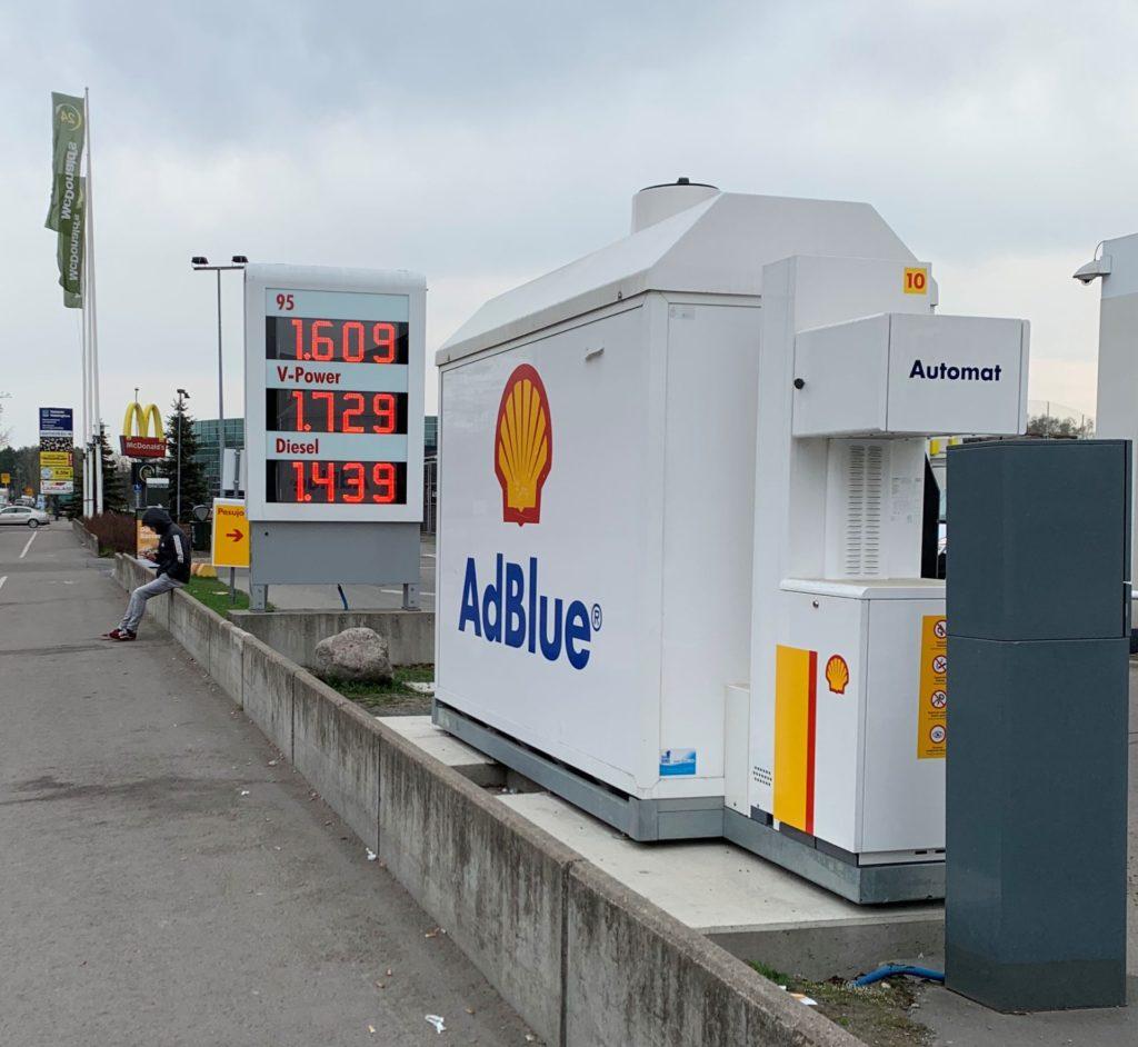 ヘルットニエミ駅近くのガソリンスタンド