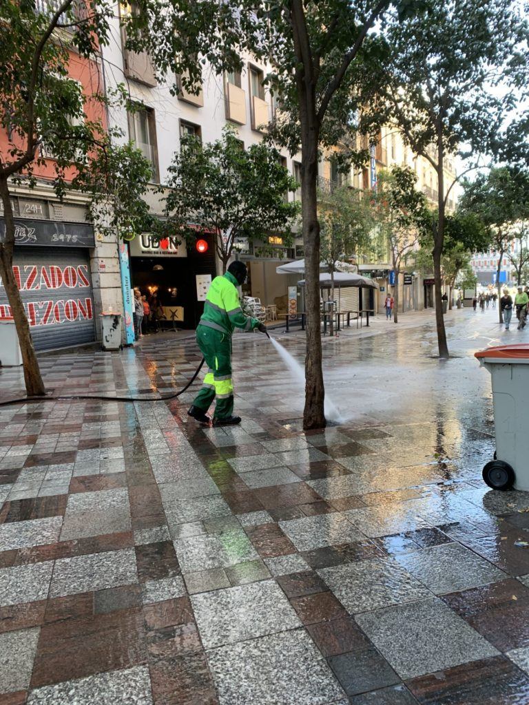 ホテル前の通りの清掃