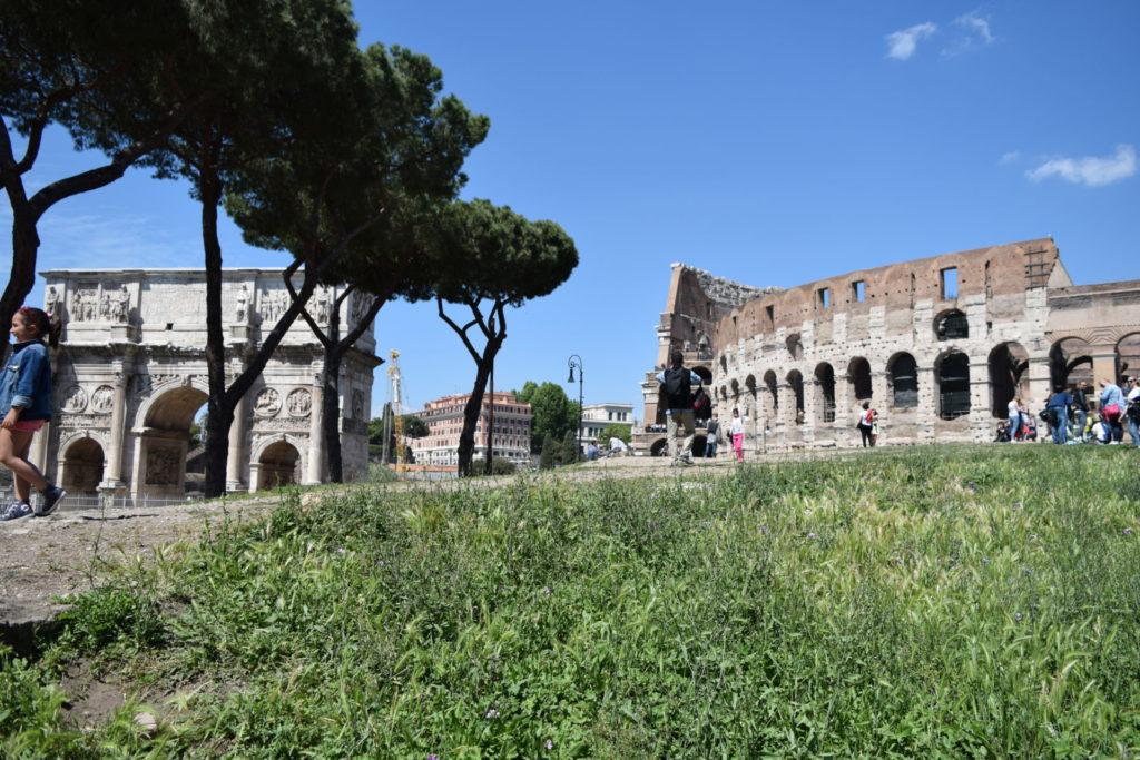 コンスタンティヌスの凱旋門とコロッセオ